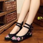 รองเท้าผ้าปักลายจีน ลายปักช่อดอกไม้เล็กๆสวยงาม แบบด้านหลังมีขอบสูง ส้นสูงเพียง 1 นิ้ว พื้นด้านในซับฟองน้ำ ด้านนอกเป็นผ้าทอแน่นเนื้อดี มีรัดข้อกลัดกระดุมจีน 2 สายคู่ที่ ด้านหน้า ทรงสวย ใส่สบายมาก แมทสวยได้ไม่เหมือนใคร