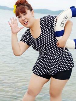 ชุดว่ายน้ำคนอ้วนพร้อมส่ง : ชุดว่ายน้ำแฟชั่นสีดำแต่งลายจุดขาวแบบเก๋ กางเกงขาสั้นใส่ด้านในน่ารักมากๆจ้า:รอบอก38-48นิ้ว เอว36-46นิ้ว สะโพก40-50นิ้วจ้า