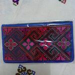 กระเป๋าใส่ธนบัตร สีน้ำเงิน ลายดอกโทนสีแดง สดใส