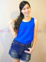 เสื้อกล้ามผ้าคอตตอนแขนกุดสีน้ำเงินฟ้า แต่งหมุดรอบคอ