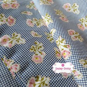 ผ้าคอตตอนไทย 100% 1/4 ม.(50x55ซม.) พื้นลายตารางสีน้ำเงิน พิมพ์ลายดอกไม้
